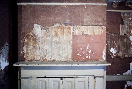 未经还原的房间墙上,使用多年的壁纸和乳胶漆。