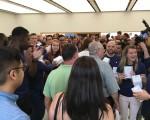蘋果員工拿著小禮品迎接顧客。 (于佩/大紀元)