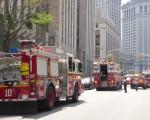 中央街100號的州高等法院地下室冒煙,大批消防員到場。 (蔡溶/大紀元)
