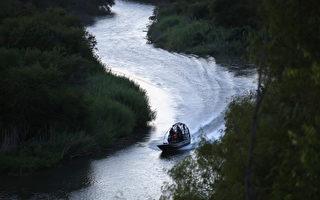2016年8月17日美國西南邊境巡邏隊在美-墨兩國之間的里奧格蘭德河谷上巡邏。 ( John Moore/Getty Images)