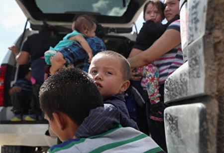 非法偷渡者在墨西哥-美國邊境被巡警截獲。