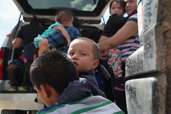 非法偷渡者在美国-墨西哥边境被美国巡警截获。 (John Moore/Getty Images)