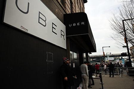 Uber在自驾车领域已捷足先登,这似乎是让这家公司可以远离法规审查或是诉讼的另一种新尝试。 (Spencer Platt/Getty Images)