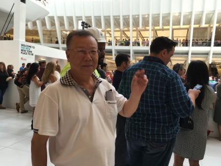 郑先生表示太多人排队了。