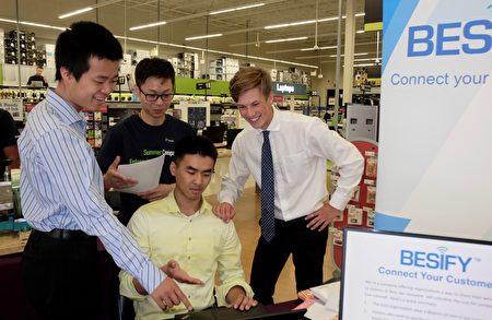 左起:圖 Besify:4名安省大學生黃思澄、蘇智麒、吳文蕭(坐著)和Christian Mellows合夥經驗網絡服務公司Besify。(周月諦/大紀元)