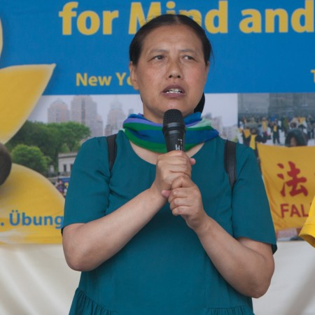 法轮功学员李军在集会上发言,讲述了自己在中国遭受的迫害。她2014年经联合国难民署营救到德国。(Jason Wang/大纪元)