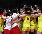 中国女排3-1战胜塞尔维亚,时隔12年再次摘得奥运会金牌。(Buda Mendes/Getty Images)