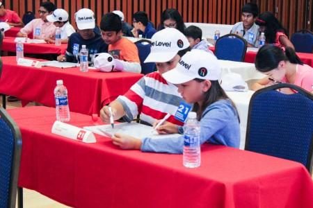 参加比赛的学生每个都在认真作答。(冯尚琳/大纪元)