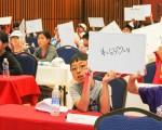 """Eyel Level的""""批判性思考数学挑战赛""""决赛现场,两人一组互相讨论作答。(冯尚琳/大纪元)"""