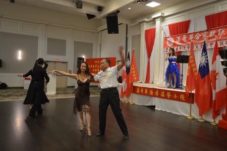 圖: 溫哥華合家歡聯誼會會員大會晚宴上,會員正翩翩起舞。 (邱晨/大紀元)