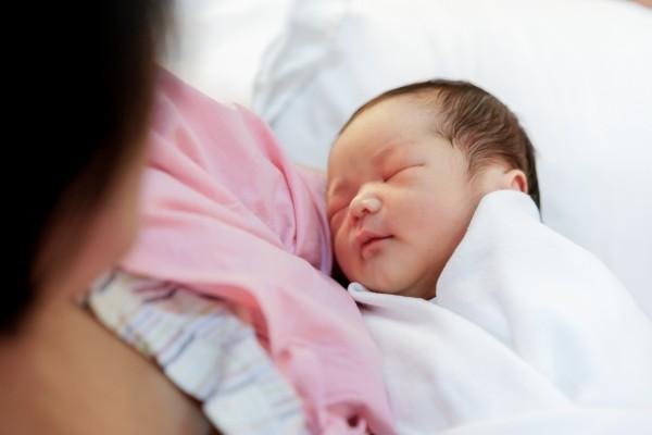 慢性乙肝病毒感染者大多是出生时或者在儿童早期受到感染的。对所有孕妇来讲,每一次怀孕都应检查,确定自己有无乙肝病毒感染,以确定分娩时是否应该采取保护措施,保护新生儿。(图/fotolia)