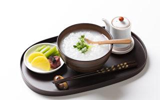 古人鼓勵早晨要喝粥,早晨空腹喝粥易吸收,又能夠促進氣機生發,且有保護胃的功效。(Fotolia)