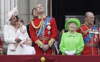 威廉王子与凯特王妃一家与伊丽莎白王后一起在白金汉宫前。(加通社)