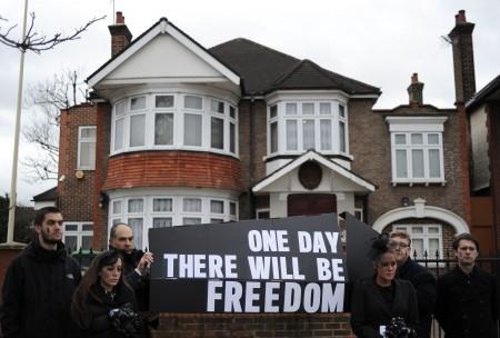 朝鮮駐倫敦大使館在論西區的一所民宅裡,圖為在朝鮮大使館前的抗議人群。 ( CARL COURT/AFP/Getty Images)