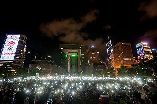 2014年8月香港政府大楼外爱与和平抗议。(Anthony Kwan/Getty Images)