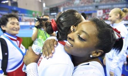 洪恩貞(左)還曾於2014年在國際比賽中與美國體操運動員西蒙娜·拜爾斯( Simone Biles)(右)擁抱。(KAZUHIRO NOGI/AFP/Getty Images)