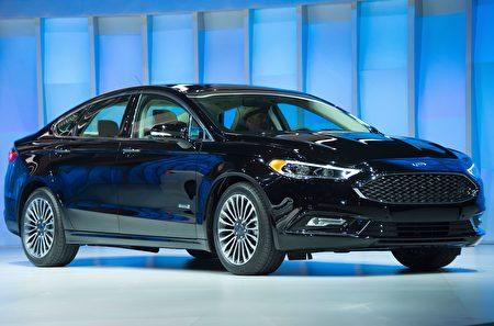 2016年款福特Fusion对汽车前端进行了改进,使其在「小重叠面积正面碰撞」(small overlap crash)测试中,在保护司机上取得更好成绩。(JIM WATSON/AFP/Getty Images)