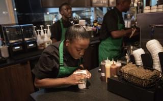 告别黑白绿 星巴克咖啡师服装可个性化