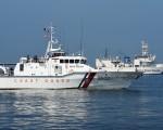 日本外务省于2016年8月12日表示,日菲双边于11日会谈后,日本决定交付10艘44米长的中型巡逻舰,以及2艘大型的全新90米长巡逻舰给菲律宾,协助菲律宾增强在南海的海岸防卫能力。本图为日本与菲律宾的巡防舰于7月13日在马尼拉湾举行联合演习。(TED ALJIBE/AFP/Getty Images)