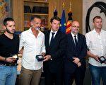 费朗克(左二)与另外两名试图制止尼斯恐袭的平民接受尼斯市长克里斯蒂安.埃斯托奇(Christian Estrosi)(中)颁发城市勋章。   (BERTRAND LANGLOIS/AFP/Getty Images)
