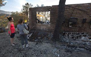 在上個月聖塔克拉里塔「沙火」中失去房屋的居民。(David McNew/Getty Images)