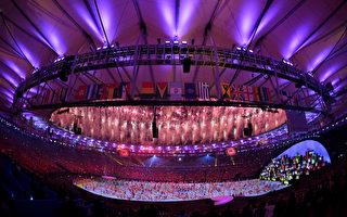 2016里约奥运会开幕式订于美东时间晚7点在马拉卡纳体育场(Maracanã Stadium)举行,体育馆现场附近灯火通明。  (Ross Kinnaird/Getty Images)
