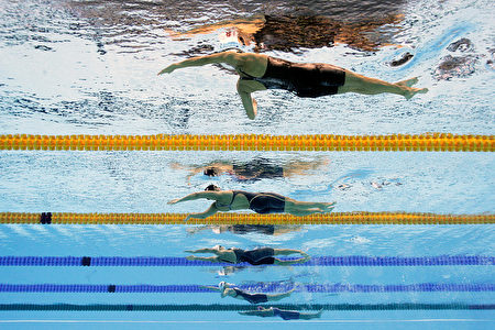 8月7日,傅园慧(从上至下第四位)在里约奥运100米个人仰泳比赛中。(Adam Pretty/Getty Images)