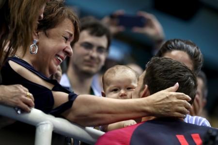 菲尔普斯在比赛后亲吻儿子。 (Al Bello/Getty Images)