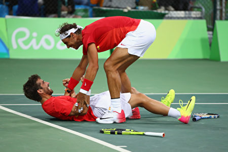 纳达尔(上)与老友洛佩兹携手,夺得里约奥运网球男子双打金牌,两人在场上兴奋庆祝胜利。 (Clive Brunskill/Getty Images)