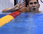 在8月11日的奥运男子200米混合泳比赛中,美国老将菲尔普斯夺得金牌,成为奥运水上项目首位连续四届奥运会在同一项目得金牌的选手。(CHRISTOPHE SIMON/AFP/Getty Images)