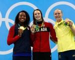 图为同获金牌的美国泳将西蒙娜.曼努埃尔和加拿大选手奥蕾夏克,以及铜牌得主的瑞典名将斯约斯特罗姆在领奖台上(从左到右)。 (Adam Pretty/Getty Images)
