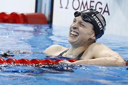 图为2016年8月12日,姬蒂‧雷德基在里约奥运打破世界记录赢得女子800公尺自由式金牌。(ODD ANDERSEN/AFP/Getty Images)