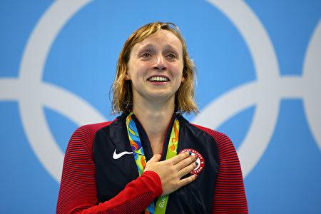 图为2016年8月12日,姬蒂‧雷德基赢得女子800公尺自由式金牌,上台领奖时喜极而泣。(Clive Rose/Getty Images)