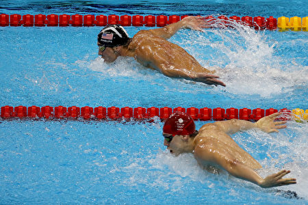 RIO DE JANEIRO, BRAZIL - AUGUST 13: Michael Phelps of the United States leads James Guy of Great Britain in the Men's 4 x 100m Medley Relay Final on Day 8 of the Rio 2016 Olympic Games at the Olympic Aquatics Stadium on August 13, 2016 in Rio de Janeiro, Brazil. (Photo by Rob Carr/Getty Images)