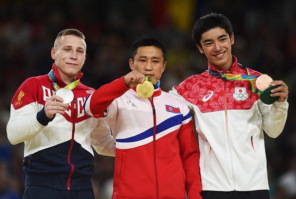 奥运领奖台上 朝鲜跳马冠军看似苦不堪言
