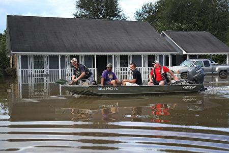 美国路易斯安那州毁灭性洪灾已造成至少5人死亡,当局营救了超过两万人。奥巴马总统上周日晚宣布该州进入联邦紧急状态。(Joe Raedle/Getty Images)