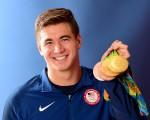 8月15日,美国华裔游泳健将倪家骏(Nathan Adrian)展示在里约奥运夺得的四枚奖牌。(Harry How/Getty Images)
