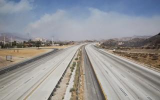 因為火災,洛杉磯通往賭城的15號高速公路關閉。(JONATHAN ALCORN/AFP/Getty Images))