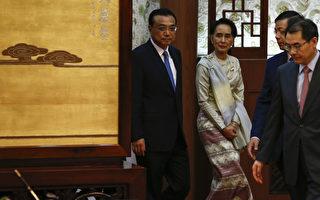 缅甸领导人昂山素季8月18日告诉中共总理李克强,针对搁置的密松水电站项目,她的新政府愿意寻求一个两国都能接受的解决方案。(Rolex Dela Pena - Pool/Getty Images)
