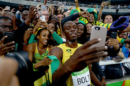 RIO DE JANEIRO, BRAZIL - AUGUST 18: Usain Bolt of Jamaica celebrates with fans after winning the Men's 200m Final on Day 13 of the Rio 2016 Olympic Games at the Olympic Stadium on August 18, 2016 in Rio de Janeiro, Brazil. (Photo by Ryan Pierse/Getty Images)