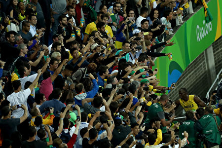 RIO DE JANEIRO, BRAZIL - AUGUST 18: Usain Bolt of Jamaica celebrates with fans after winning the Men's 200m Final on Day 13 of the Rio 2016 Olympic Games at the Olympic Stadium on August 18, 2016 in Rio de Janeiro, Brazil. (Photo by Lars Baron/Getty Images)