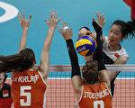 中国女排将与塞尔维亚女排争夺冠军,图为中国女排主攻手朱婷在比赛中。      (THOMAS COEX/AFP/Getty Images)