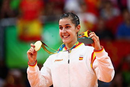 2016年里约奥运会羽毛球女子单打决赛落幕,头号种子、西班牙马林(Carolina Marin)在决赛中逆转战胜印度的辛杜(P.V. Sindhu)赢得女单金牌,她成为史上第二个赢得奥运单打冠军的非亚洲球员。(Clive Brunskill/Getty Images)