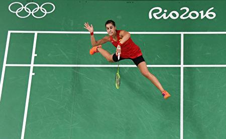 2016年里约奥运会羽毛球女子单打决赛落幕,头号种子、西班牙马林(Carolina Marin)在决赛中逆转战胜印度的辛杜(P.V. Sindhu)赢得女单金牌,她成为史上第二个赢得奥运单打冠军的非亚洲球员。(chard Heathcote/Getty Images)