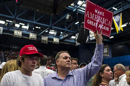8月22日,在美国俄亥俄州阿克伦城,一名不明身份的支持者举牌出现在共和党总统候选人川普的一个竞选集会上。川普目前在俄亥俄州的民调落后于民主党总统候选人希拉里·克林顿,但他的竞选经理说,川普拥有隐蔽选民的支持。( Angelo Merendino/Getty Images)