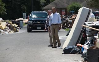 結束瑪莎葡萄園度假的第二天,奧巴馬總統在8月23日來到路易斯安那州受災最嚴重的巴吞魯日地區視察災情。(NICHOLAS KAMM/AFP/Getty Images)
