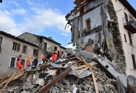 消防员和其他救援者在瓦砾中寻找生还者。 (STR/AFP/Getty Images)