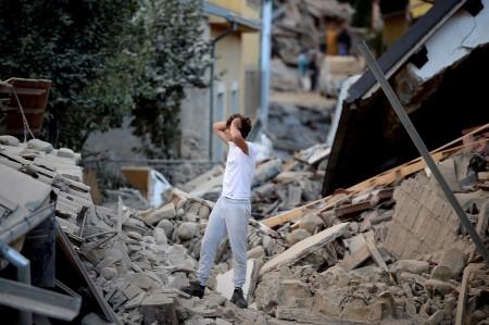 一个男人站在断壁残桓中。(FILIPPO MONTEFORTE/AFP/Getty Images)