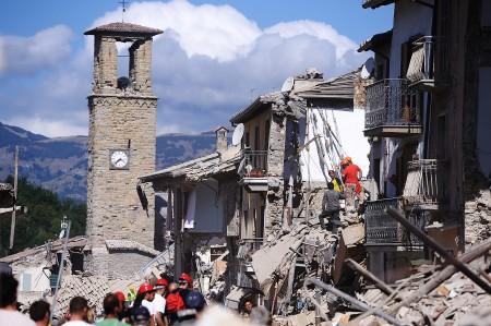 消防员和其他救援者在瓦砾中寻找生还者。 (FILIPPO MONTEFORTE/AFP/Getty Images)
