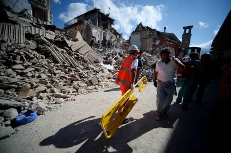 救援人员在奔波忙碌。 (FILIPPO MONTEFORTE/AFP/Getty Images)